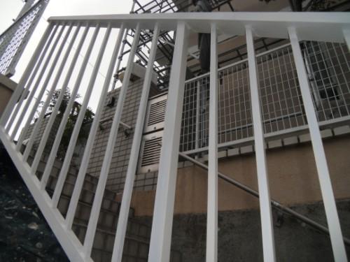 白く塗りあげられた鉄階段