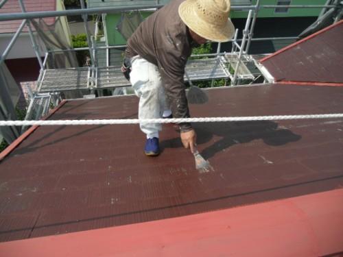 浮いた旧塗膜を削り落す